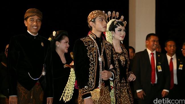 Pada resepsi malam hari, menantu Presiden RI Joko Widodo tampak anggun mengenakan kebaya kutu baru berbahan beledu hitam yang bersulamkan benang emas.