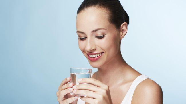Salah satu cara untuk mempertahankan kondisi dan suhu tubuh yang prima adalah dengan minum air putih yang cukup.