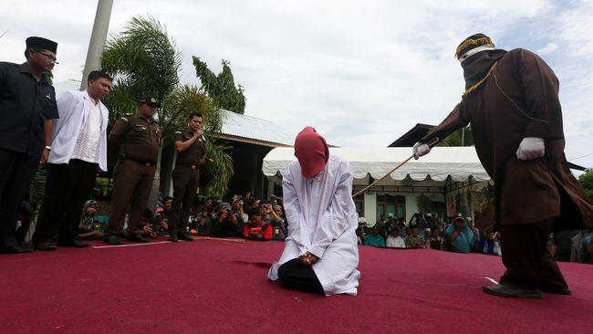 Kejari Aceh Tamiang memperbolehkan seorang perempuan yang divonis cambuk 100 kali untuk mencicil hukumannya hingga tahun depan.