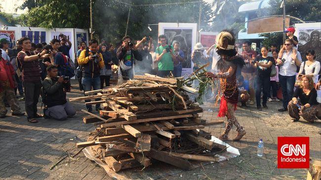 Sejumlah aktivis PapuaItuKita menampilkan wajah Papua dalam pertunjukan seni menarik yang sarat pesan kebinekaan.
