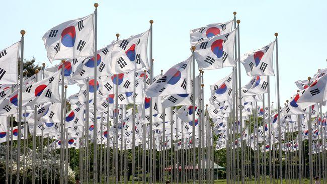 Anggota parlemen Korea Selatan, Ryu Ho-jeong, menuai kontroversi usai mengenakan gaun di atas lutut saat menghadiri pertemuan pada Selasa (4/8) lalu.