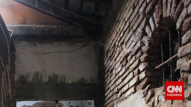 Sebagai stasiun yang pertama kali dibangun, jejak Samarang NIS hanya bisa diamati jelas dalam foto lama. Selebihnya, sisa-sisa yang samar.