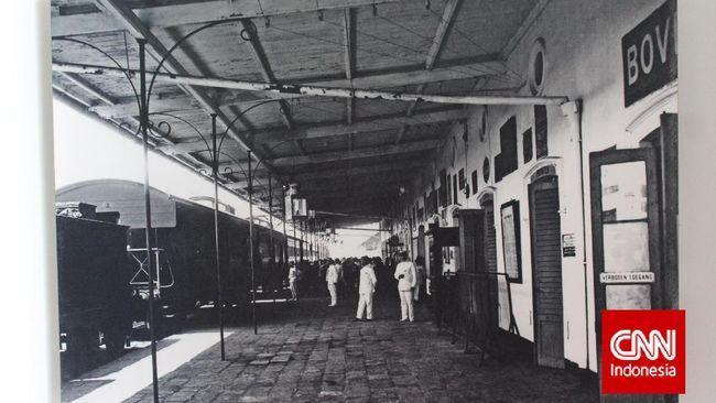 Dibangun dekat dengan pelabuhan, Belanda membuat stasiun kereta api yangpunya kanal sendiri.