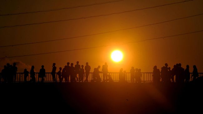 Sejumlah remaja memadati jembatan Ampera untuk menikmati fajar pertama bulan Ramadan di Kota Palembang, Sumatera Selatan, Kamis (18/6). Kegiatan yang dikenal dengan istilah 'Asmara Subuh' itu biasanya dilakukan muda mudi dengan meramaikan kota dan menyalakan petasan untuk menikmati fajar usai subuh pada pagi pertama Ramadan. ANTARA FOTO/Feny Selly/Rei/foc/15.