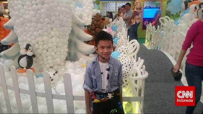 Niko adalah seniman balon Indonesia yang pernah ikut dalam tim pemecah rekor Singapore's Largest Balloon Landscape.