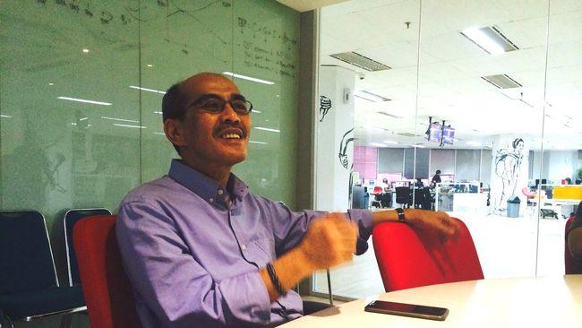 Ekonom Faisal Basri saat berbincang di kantor redaksi CNN Indonesia, Jakarta, Senin (22/6). (CNN Indonesia/Gentur Putro Jati)