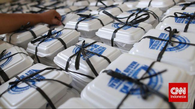 Petugas menyusun kotak nasi menu buka puasa di dapur Masjid Istiqlal, Jakarta, Senin, 22 Juni 2015. Dapur yang didirikan ini untuk memasak menu buka dan sahur yang dibagikan kepada pengunjung masjid istiqlal secara gratis. CNN Indonesia/Safir Makki