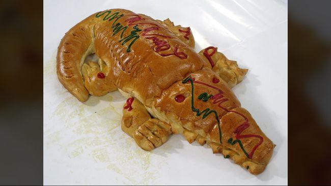 Pernikahan orang Betawi tak bisa lepas dari roti buaya. Biasanya mempelai pria membawakan roti berbentuk buaya.