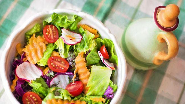 Salad sayur seringkali dipilih sebagai menu makanan diet. Berikut beberapa cara membuat salad sayur untuk diet.