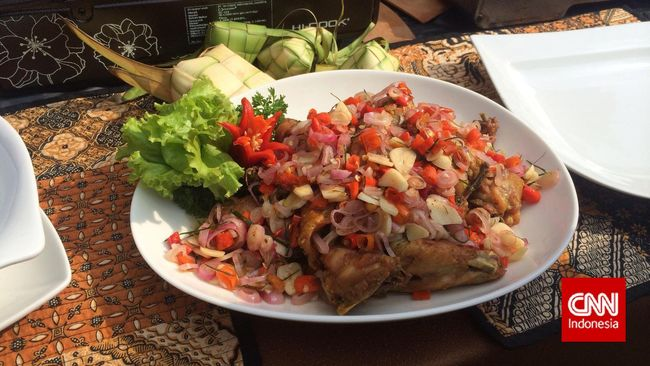 Ayam geprek atau ayam gepuk belakangan ini sangat populer di Jakarta. Dengan beragam variasi topping dan kepedasan, berikut rekomendasi dari CNNIndonesia.com