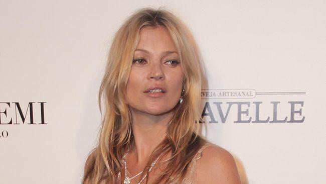 Kate Moss baru saja memutuskan berhenti berpose bugil demi anak. Namun rumah tangganya malah hancur dan ia berpisah dari Jamie Hince.