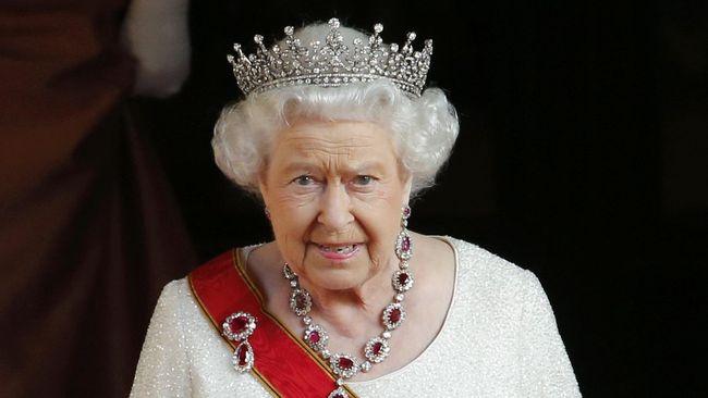 Saat menyambut dan menjamu Donald Trump di Istana Buckingham, Ratu Elizabeth II memakai tiara ruby merah yang dipercaya bisa menangkal kejahatan.