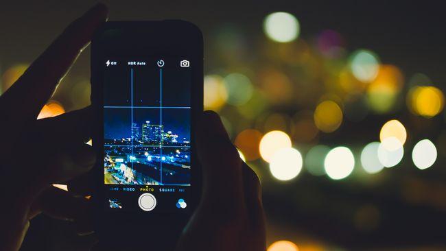 Berikut tips memotret di kondisi kurang cahaya agar hasil foto tetap menarik.
