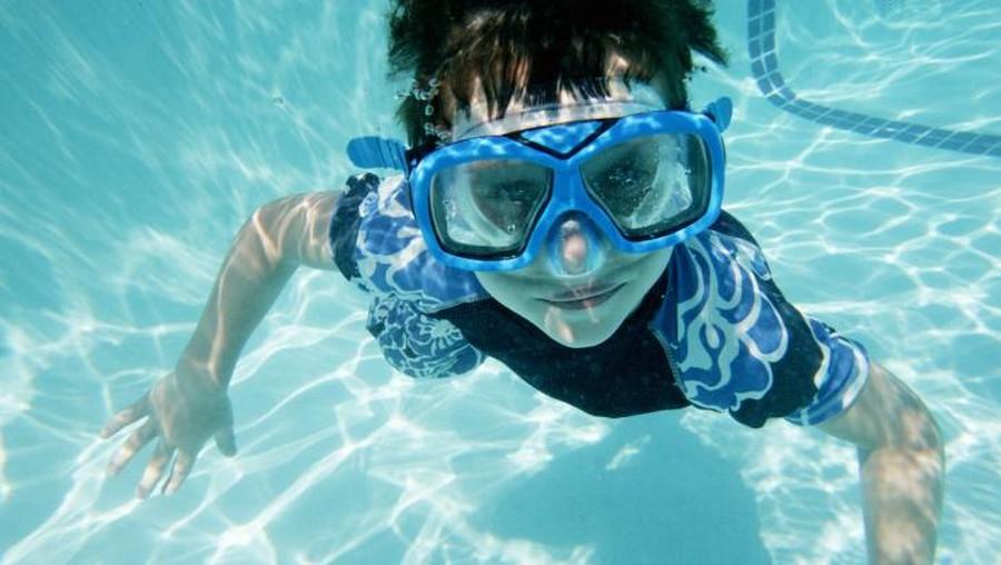 6 Hal Penting Agar Anak Tetap Aman Saat Berenang
