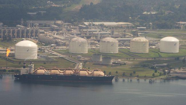 Harga minyak dunia melesat hampir 5 persen pada akhir perdagangan Rabu (15/4) waktu AS akibat tertopang oleh peningkatan permintaan.