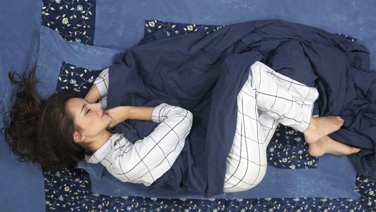 Perempuan tidur dengan nuansa biru