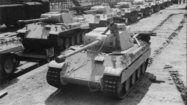 Tank Panther tahun 1943 itu disimpan di basement sebuah vila di kota kecil Jerman, beserta torpedo dan senjata lain.