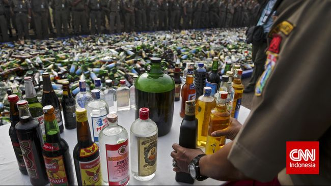 Tiga warga Srengseng Sawah Jaksel tewas usai menenggak miras oplosan yang dijual di Jagakarsa. Polisi masih memeriksa penjual miras berinisial RS.