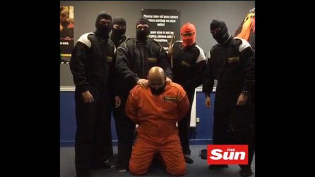 Enam karyawan HSBC menirukan prosesi eksekusi ISIS dan mengunggah video tersebut secara daring di media sosial.