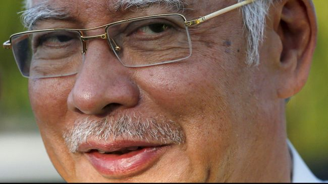 Ribuan massa menuntut Perdana Menteri Malaysia Najib Abdul Razak mengundurkan diri. PM Najib menilai mereka dangkal dan miskin patriotisme.,