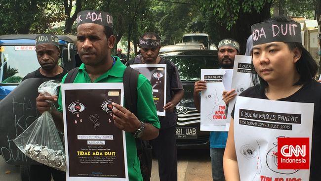 Obet Gobai, salah satu orang tua korban, masih menunggu langkah nyata pemerintahan Jokowi menangkap pelaku penembakan dan menuntaskan kasus Paniai Berdarah.