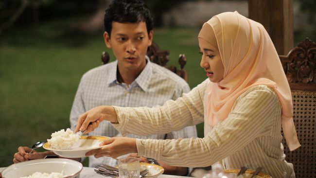 Berikut sinopsis film Surga yang Tak Dirindukan, menceritakan kisah pilu seorang istri yang harus merelakan berbagi suami dengan wanita lain.