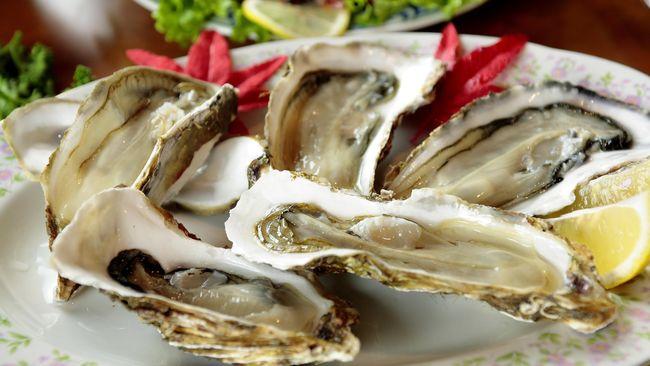 Tak sedikit orang menikmati tiram dalam kondisi mentah dan memakannya dengan cara menghirup dari cangkangnya langsung.