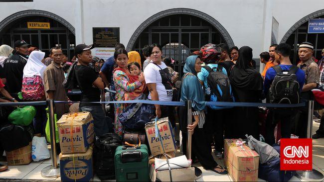 Keputusan Aryo merantau ke Jakarta bukan semata-mata tega meninggalkan keluarga. Ada kisah pahit yang memaksa Aryo hijrah dari daerah kelahirannya.