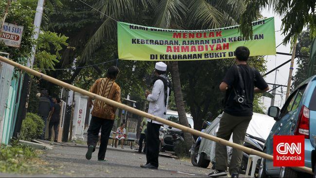 Koalisi masyarakat sipil menilai penutupan masjid Ahmadiyah di Nyalindung, Garut, menandakan negara masih jadi penghalang kebebasan beragama dan berkeyakinan.