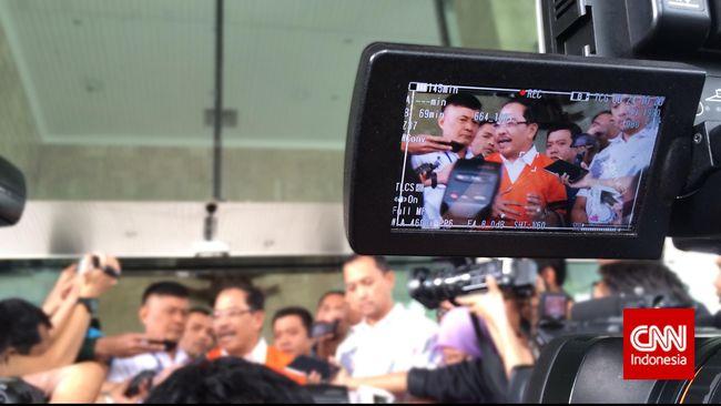 Bekas Wali Kota Makassar itu akhirnya mengenakan rompi bertuliskan Tahanan KPK setelah diperiksa selama lima jam. Dia terseret kasus korupsi PDAM.