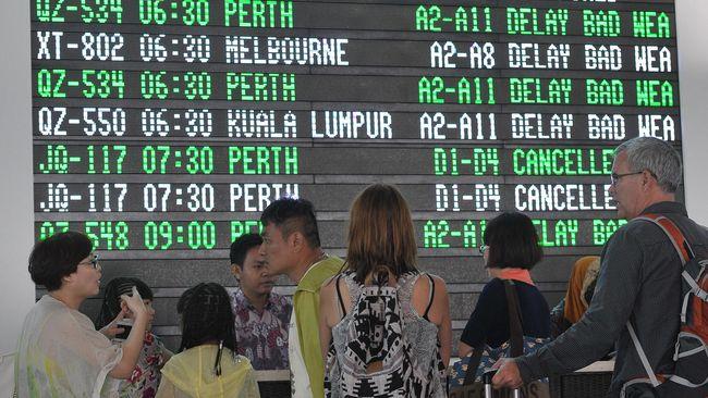 Bagi yang hendak keluar negeri, sebaiknya menghubungi pihak maskapai dan imigrasi negara setempat untuk pembaruan travel ban terkait virus corona.