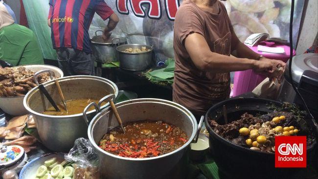 Nasi Gudeg Cakar Bu Yati, makan gudeg malam-malam sembari ditemani tembang Jawa.