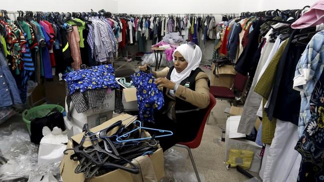 Tradisi baju baru dan mengkonsumsi makanan khas mewarnai perayaan lebaran di berbagai negara di dunia, termasuk daerah konflik Palestina dan Afghanistan.