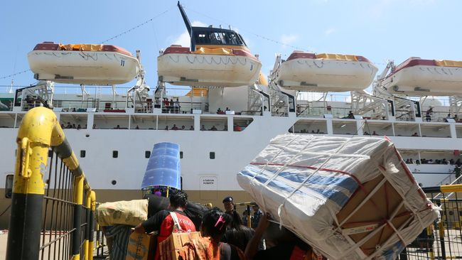 Pemerintah Kabupaten Flores Timur melakukan karantina terhadap 17 warga penumpang Kapal Motor (KM) Lambelu.