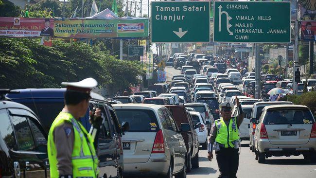 Seorang yang mengaku asisten pejabat PSSI terlibat insiden adu mulut dengan petugas kepolisian di Simpang Gadog, Bogor.