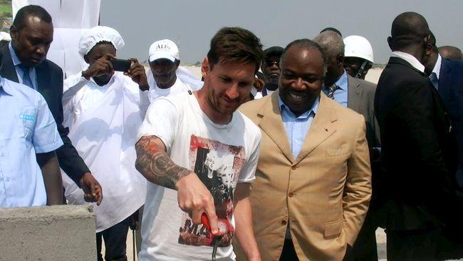 Lionel Messi dikatakan menggunakan pakaian seolah sedang pergi ke kebun binatang saat menemui presiden Gabon, Ali Bongo Ondimba.
