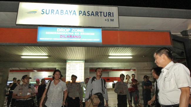 Plafon Ruang Tunggu Stasiun Pasarturi Surabaya Ambruk