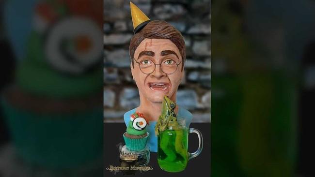 Ulang tahun penulis Harry Potter, JK Rowling ke-50 hari ini (31/7) diwarnai dengan aneka kue nikmat bertema Harry Potter dari berbagai pembuat kue hebat.