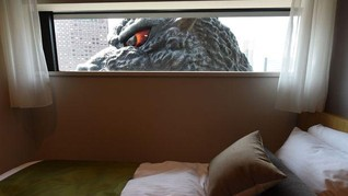 Merasakan Ketegangan Nyata 'Diintip' Godzilla dari Jendela