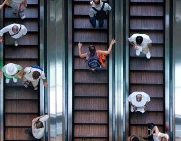 Tips Agar si Kecil Tetap Aman Saat di Eskalator