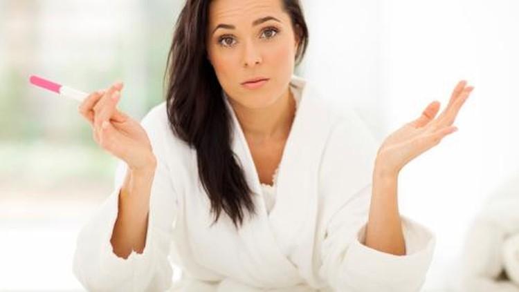 Enam minggu tanpa menstruasi, empat test pack menunjukkan positif, perempuan ini yakin dirinya hamil. Tapi ternyata dia nggak hamil.
