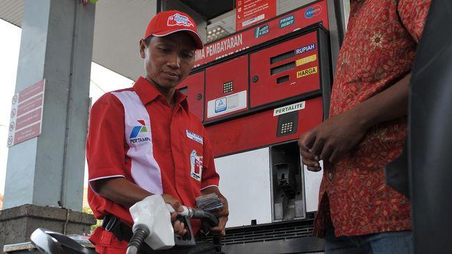 Petugas SPBU mengisi bahan bakar minyak (BBM) Pertalite ke sepeda motor konsumen saat uji pemasaran Pertalite pertama kalinya di Bali di SPBU By Pass Ngurah Rai, Denpasar, Minggu (9/8). Uji pemasaran BBM non subsidi varian baru tersebut untuk mengetahui respon konsumen di daerah pariwisata dan ditargetkan bisa tersedia di 50 SPBU dari 181 SPBU yang ada di Bali hingga akhir tahun 2015. ANTARA FOTO/Nyoman Budhiana/nz/15.