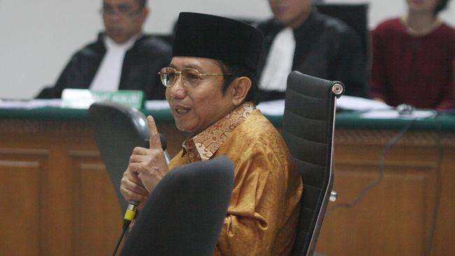 Terdakwa kasus korupsi Kementerian ESDM Waryono Karno (tengah) menjalani sidang lanjutan di Pengadilan Tipikor, Jakarta, Rabu (12/8). Sidang digelar dengan agenda mendengakan keterangan terdakwa dan sejumlah saksi. ANTARA FOTO/Reno Esnir/kye/15.