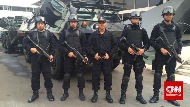 Netizen ribut komentari video seorang anggota Paspampres terlibat adu mulut dengan aparat kepolisian saat penyekatan PPPM darurat.