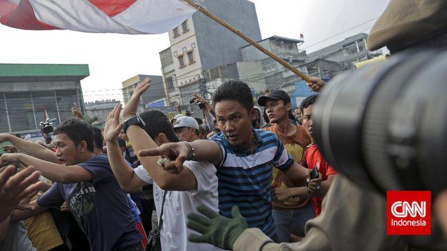 Menurut Kapolda Metro Jaya Tito Karnavian, bisa saja korban juga adalah pelaku pelemparan yang terlibat bentrok dengan Satpol PP saat penggusuran.