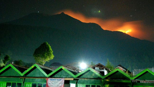 BNPB menyebut lima jalur pendakian Gunung Merbabu ditutup sementara akibat kebakaran di kawasan hutan dekat puncak yang semakin besar.
