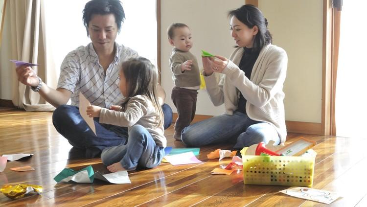 Dalam mengasuh anak, ada istilah orang tua tipe 'mesin pemotong rumput'. Apa sih itu? Yuk kenali 6 ciri-cirinya.