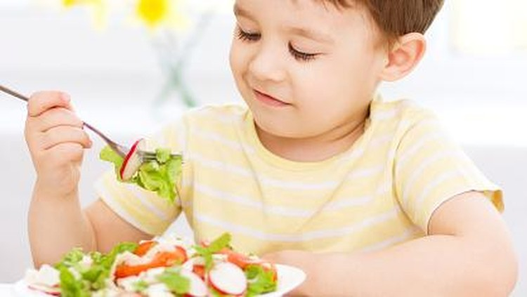 Kalau si kecil lahap makan, tanpa harus ada 'drama' sebelumnya, senang banget ya Bun. Nah, Bu Dokter punya tips nih supaya si kecil lahap makannya.