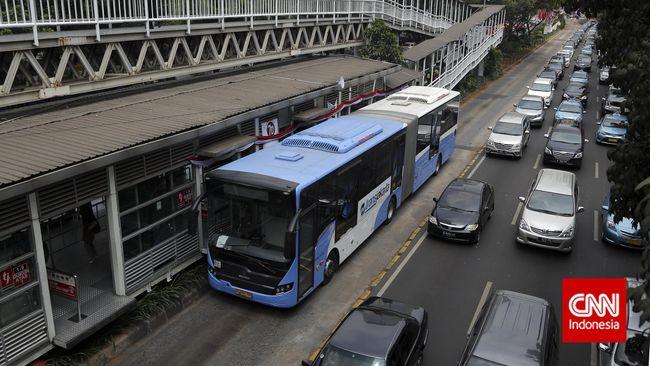 Untuk bus single take home pay-nya adalah dua kali upah minimum provinsi (UMP), sementara bus gandeng tiga kali UMP.