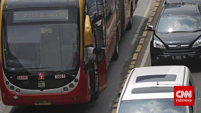 Sejumlah koridor TransJakarta dialihkan untuk menghindari kerumunan massa buruh yang berunjuk rasa menolak revisi Undang-Undang Ketenagakerjaan No 13 Tahun 2003